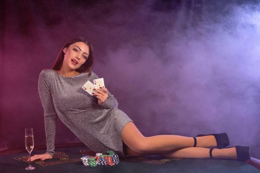 Strip Poker ist ein aufregendes Spiel für Partys und Paare